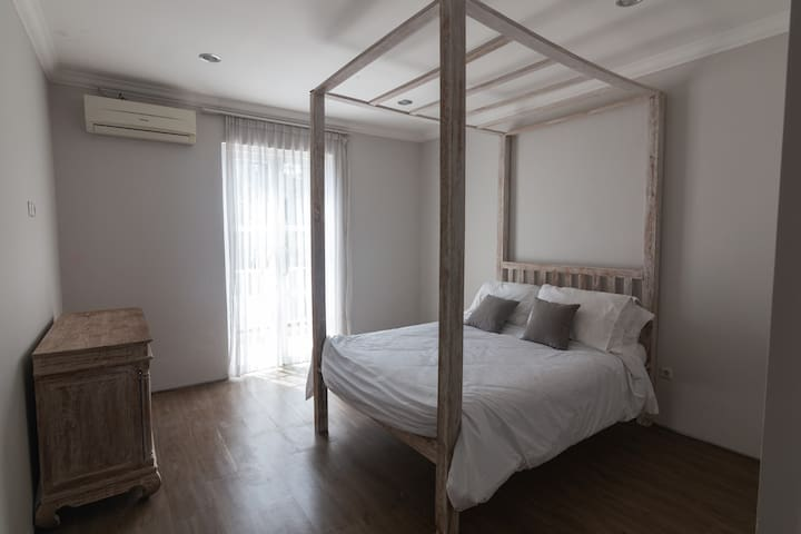 Bright & Spacious Private Room with Balcony