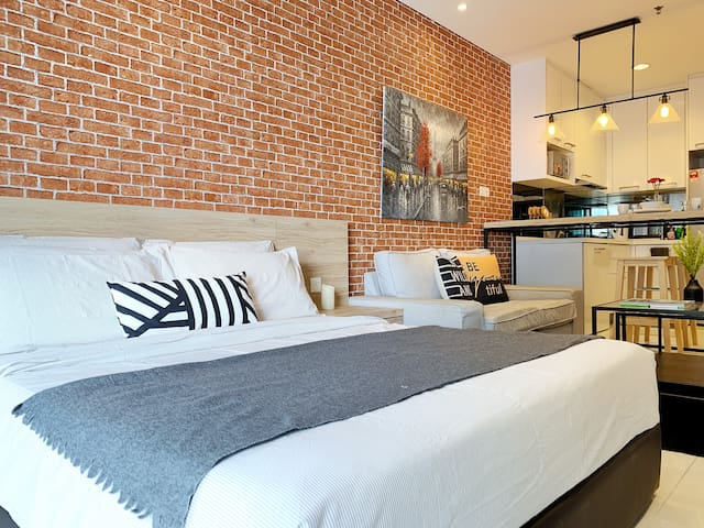 Paris Inspired Suite w/ Netflix Near KLCC & Subway