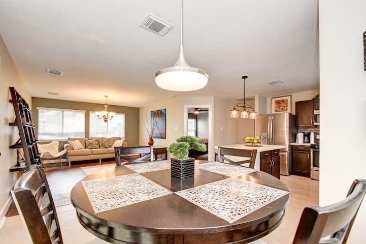 Your Getaway Modern Cozy Home close to IAH Airport