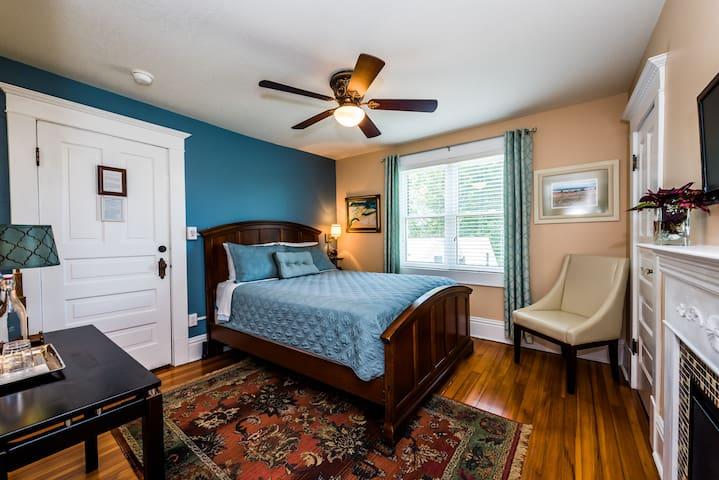 Three Oaks Inn, Sunset Suite