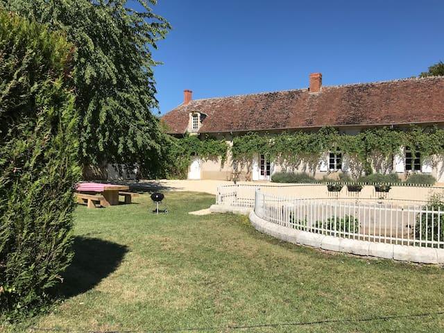 Saint-Loup-des-Chaumes的民宿