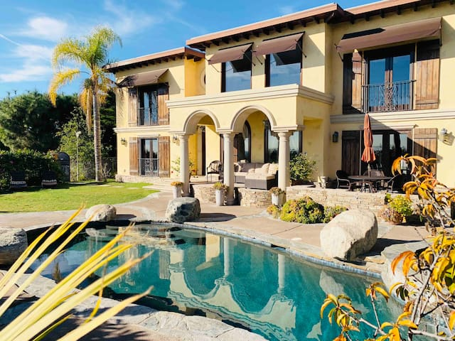 *Private Hollywood Villa with views (4br + 4bath)