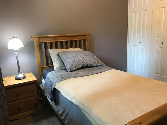 Comfy corner bedroom in quiet area: great yard!