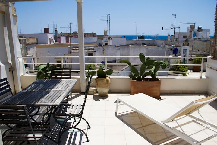 ★Historic Centre Apt, Adjacent Terrace & Sea View★