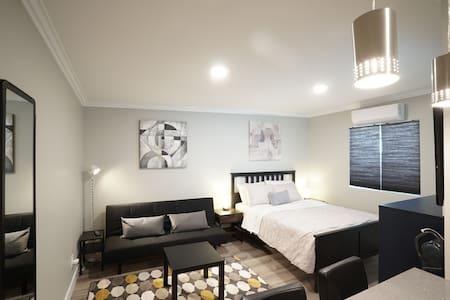 Modern Comfy New Studio, Metro, Market, Convenient