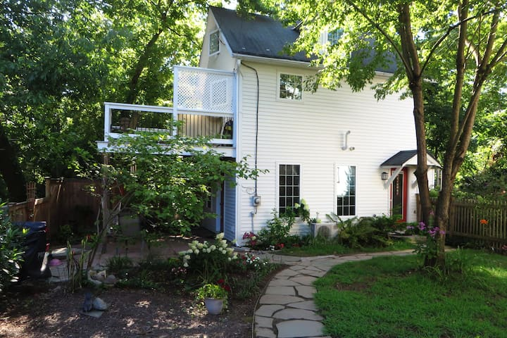Haere Mai Canal Cottage in historic Lambertville