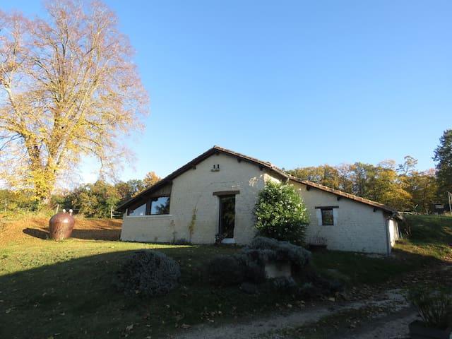 Saint-Amant-de-Montmoreau的民宿