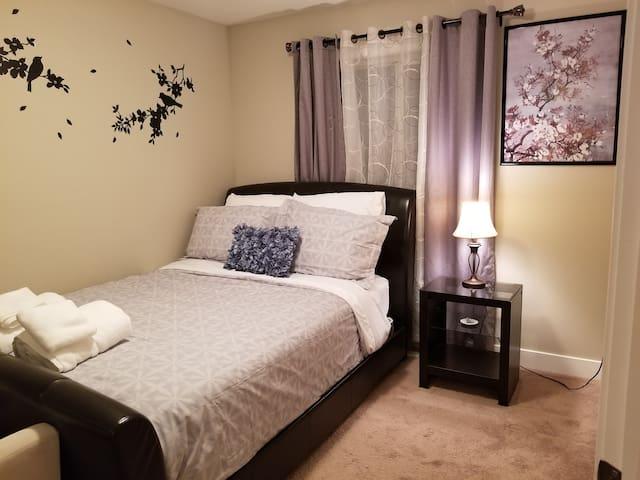 Cozy Private Room in North Edmonton (Queen Bed)