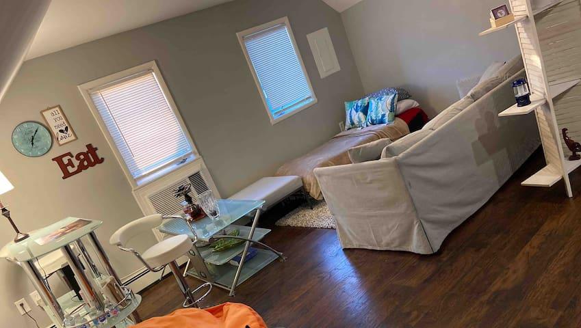 Skylit Studio Space + sleeps 3 & walk in closets