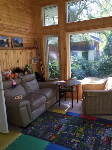 Lovely house, sunroom, 13 min from the airport