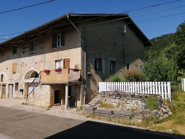 Challes-la-Montagne的民宿