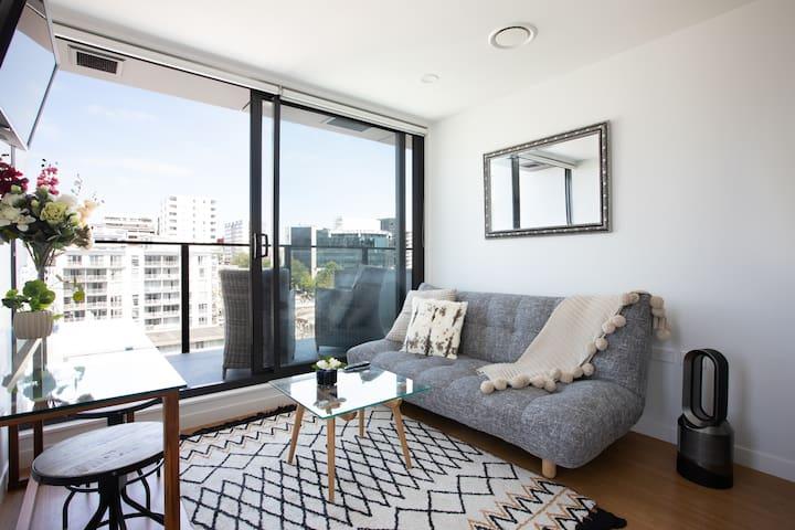 新公寓!新装修!奥克兰皇后街高档家具温馨舒适一室一厅