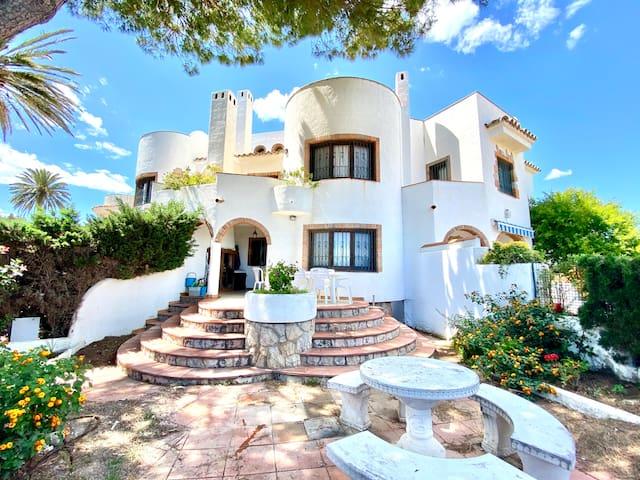 Casa de Mont-roig delante de la playa