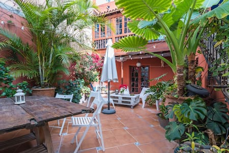 Typical canarian house with garden. (easy to park)