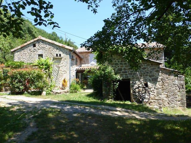 Saint-Barthélémy-Grozon的民宿