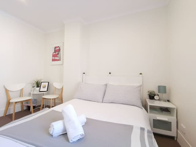 Cute Private room * 230metres from Central Station