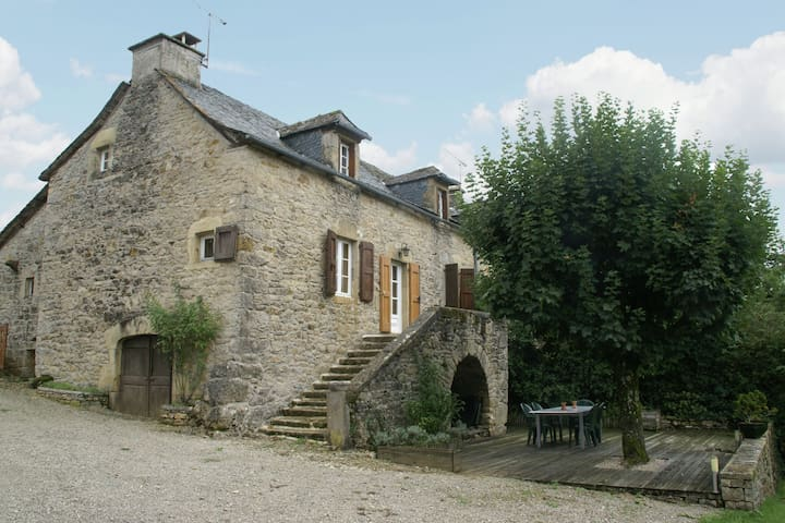 Cozy Holiday Home in Saint-Geniez-d'Olt with a Garden