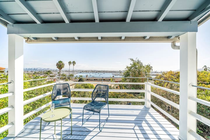 Adorable home with good space and breathtaking views of the city and ocean!