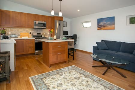 Rockridge District Cottage with Home Office Setup