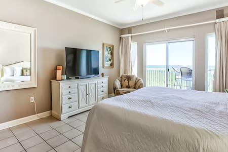 Newly-renovated coastal studio with shared pool, hot tub, and easy beach access!