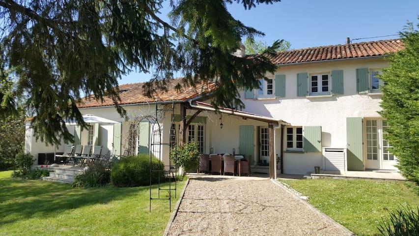 Saint-Quentin-de-Chalais的民宿