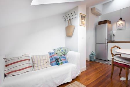 PENTHOUSE-Quiet loft 5 min center/beach. Park/wifi