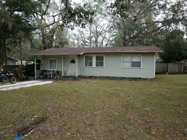 3BR in heart of Brooksville ... Relax with bonfire