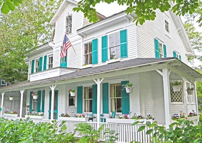 Petunia Cottage: Large Victorian in Bar Harbor