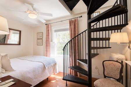 Newport RI Queen Bed and Breakfast