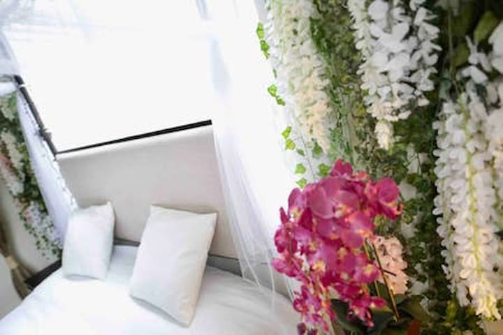 Beautiful Romantic Bedroom A close to Beverly