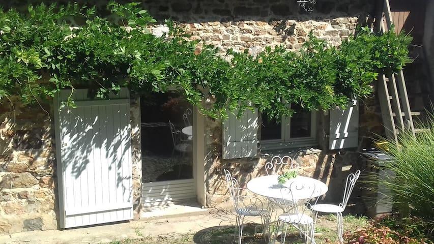 Saint-Jean-sur-Mayenne的民宿