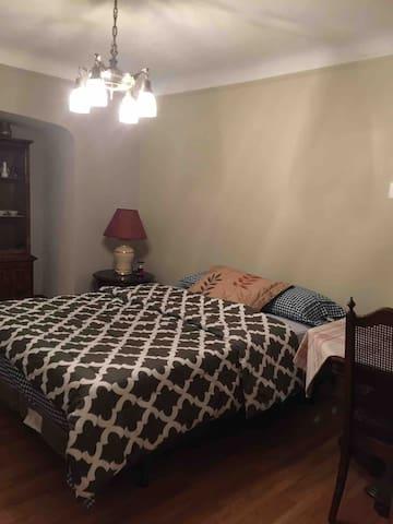 Classic Room - Queen Bed, Pvt table, Garden view