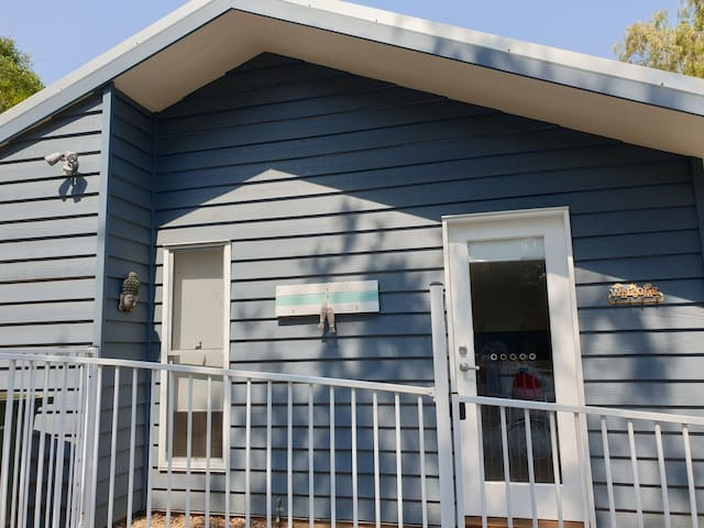 Cute two bedroom cottage 15 minute stroll to beach