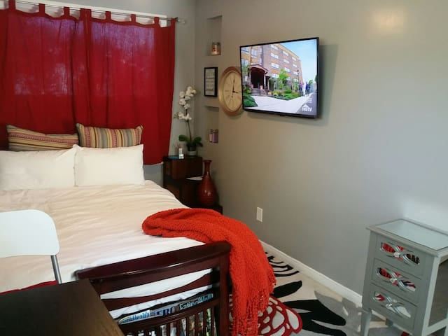 Luxury Living Studio in Studio City Guesthouse