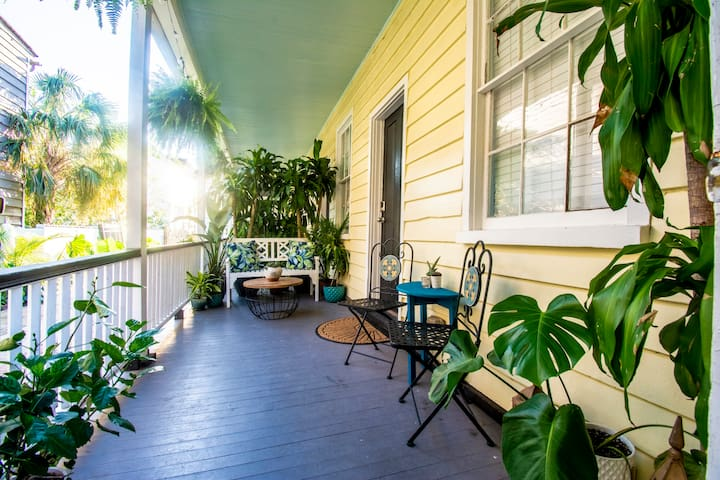Lovely studio apartment, lush porch, Walk to King