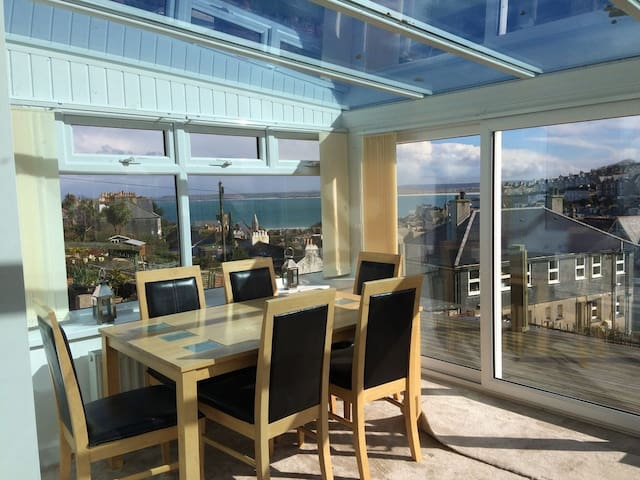 2 Bedr house,SEAVIEWS,Sleeps5(+baby)Parking&garden