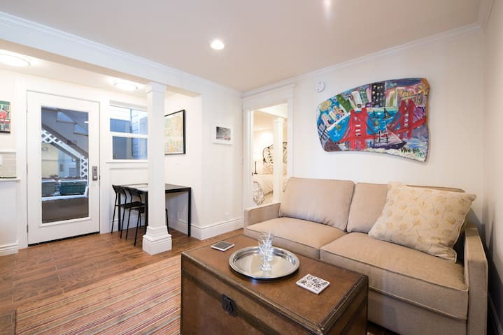 Hot Spot with Cozy Pied-a-terre!