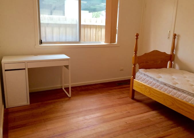 Private single bedroom, near public transport