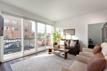 ⭐️WOW!⭐️ Sunlit~Walkable~ Suite 104 in Kendall Yards