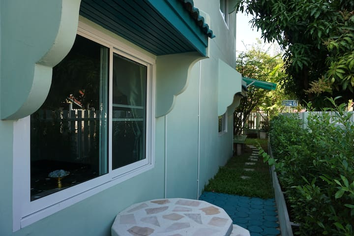 turquoise 2:2 BRs+A/C+wifi+kitchen+garden at DMK