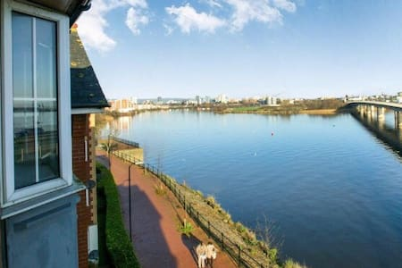 Comfy Cardiff Bay Flat With Water Views & WiFi