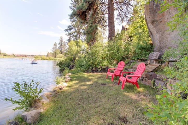 Bluebird Day - Riverfront Cottage Retreat - Hot tub - Walk Everywhere