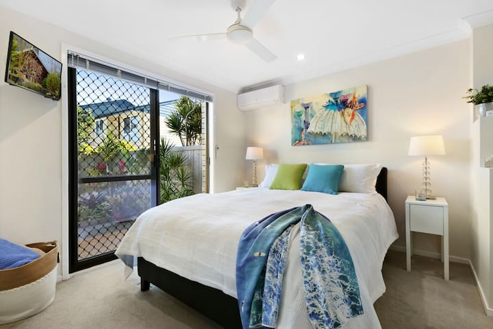 Private tropical guest suite close to the Beach