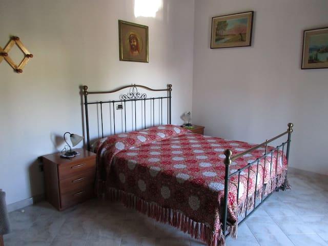 Villa Santa Lucia degli Abruzzi的民宿