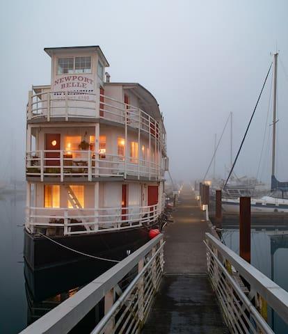 Sternwheel Riverboat B&B Cabin 1