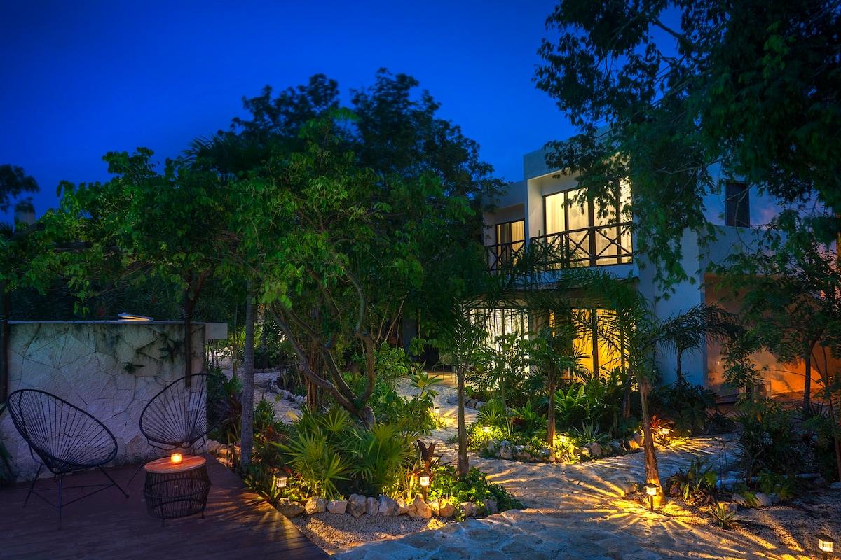 Balcony+good WIFI+pool+King+private1BR/1BA Apt..
