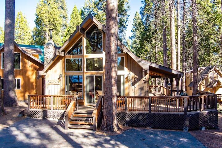 Loflin Lodge-Prime Location & Picturesque Windows