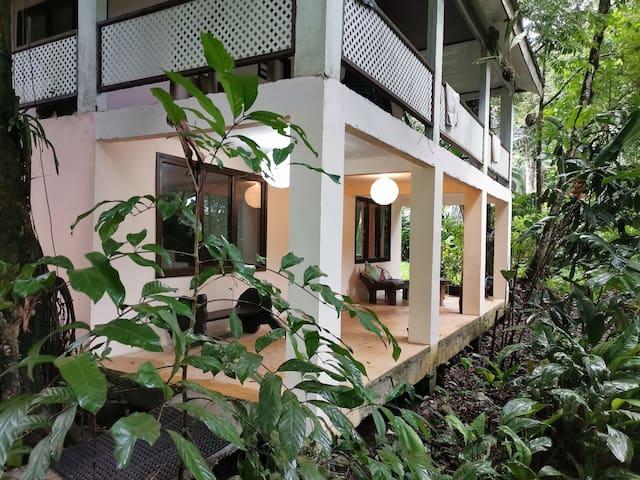 Casa fresca y equipada en sector jaguar.