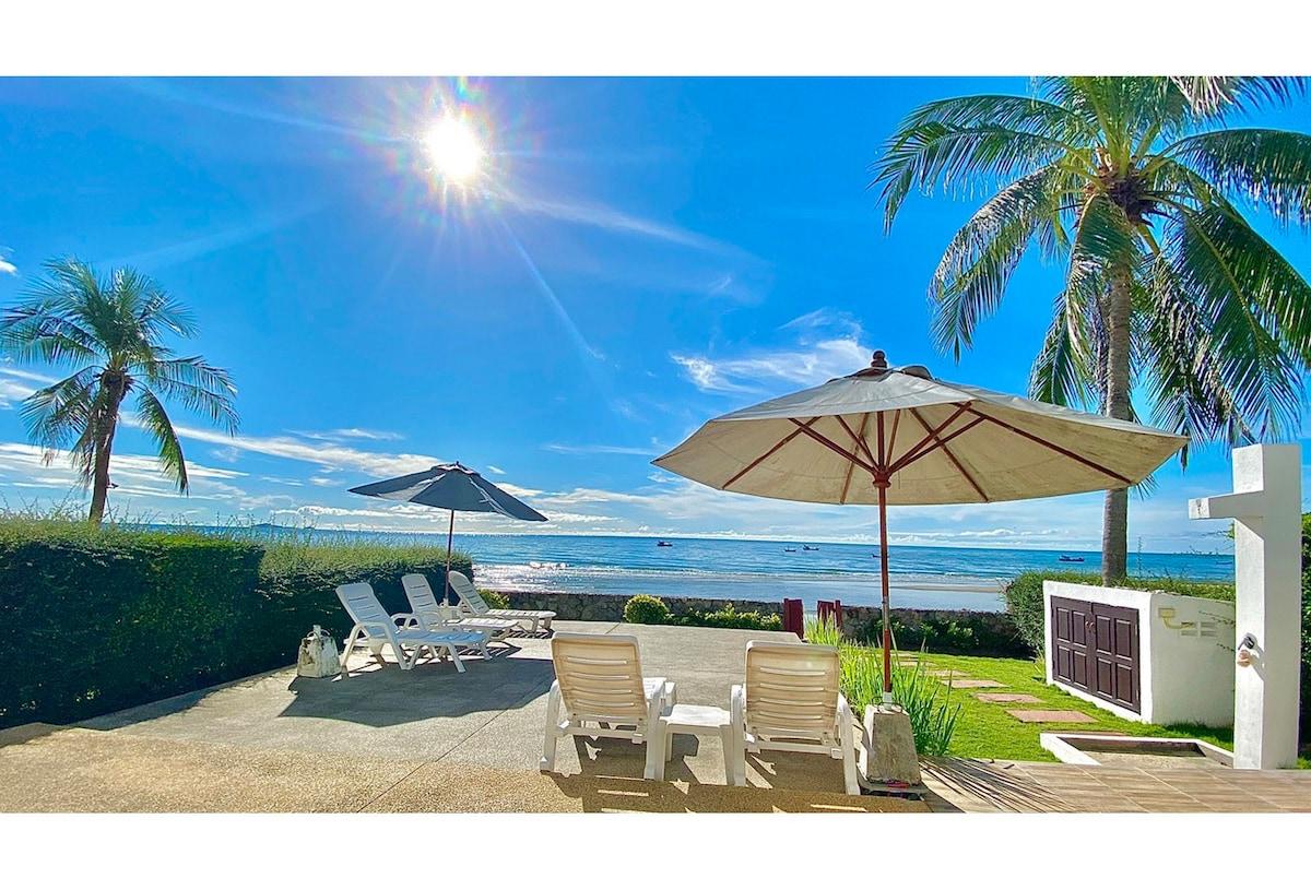 Family-friendly Absolute beachfront-villa.