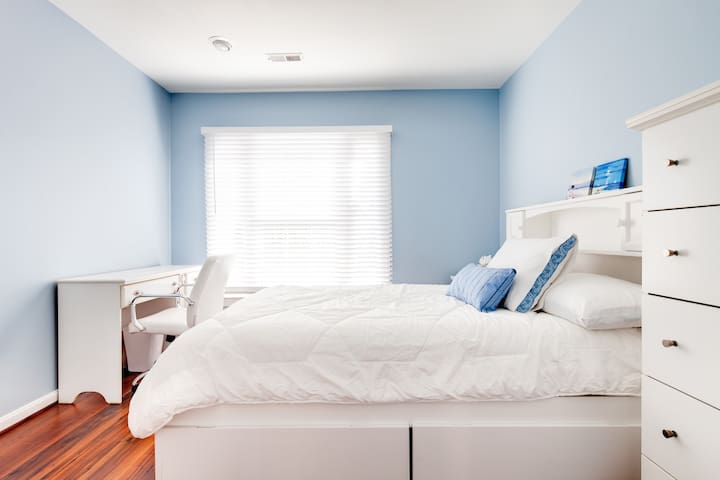 2nd Private bedroom (full size bed)